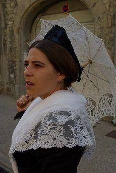 Arlesienne coiffee avec son fichu