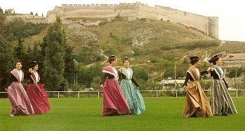 Le fort st andre arlesiennes en costume de cheval
