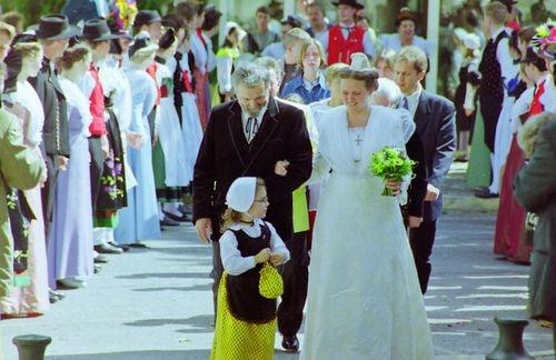 Mariage de marie claire moucadeau en costume d arlesienne 1999 2