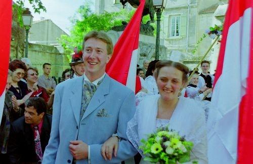 Mariage de marie claire moucadeau en costume d arlesienne 1999 4